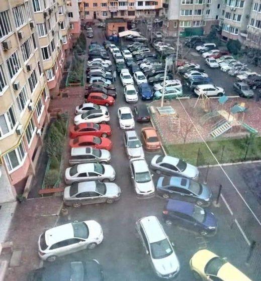 В Одессе показали уникальный двор, где припарковано более сотни авто